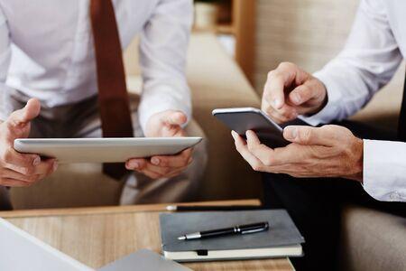 empleados trabajando: Los empleados que trabajan con la tableta digital y teléfono móvil
