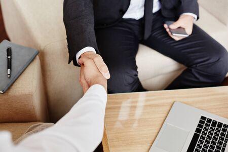 dando la mano: Los hombres de negocios dándose la mano después del reparto llamativo