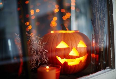 dynia: Symbolem Halloween w oknie Zdjęcie Seryjne
