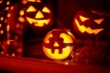 calabazas de halloween: Calabazas Eerie ardientes en la ventana de la noche de Halloween Foto de archivo