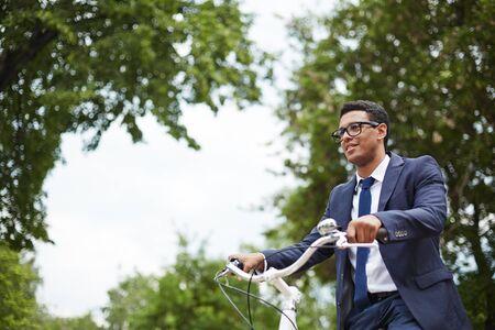 jornada de trabajo: Hombre de negocios joven montar en bicicleta despu�s de d�as de trabajo