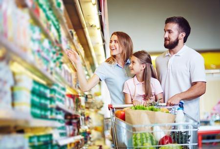 Jonge familie in hypermarkt keuze producten Stockfoto