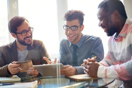 3 人のビジネスマンが会議で新しいプロジェクトについて議論します。 写真素材