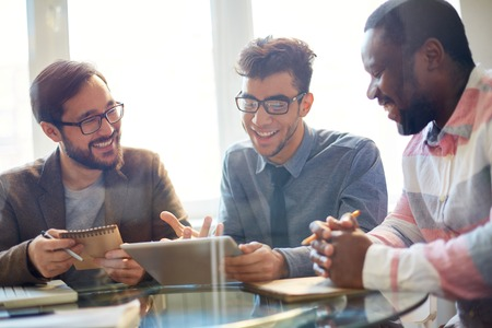 empleados trabajando: Tres hombres de negocios que discuten nuevo proyecto en la reuni�n Foto de archivo