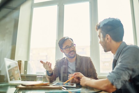 reunion de trabajo: Negocios que explica su idea u opinión a colega Foto de archivo