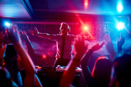 party dj: Disk jockey Carism�tica disparando a la multitud