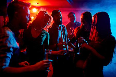 Jonge mensen tijd doorbrengen in nachtclub Stockfoto