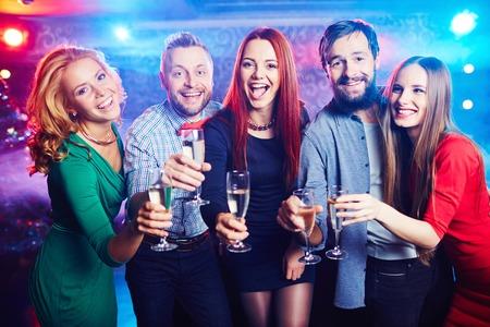 nouvel an: Joyeux amis boivent du vin au discoth�que Banque d'images