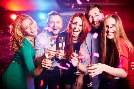 tomando alcohol: Amigos de fiesta en el club nocturno Foto de archivo