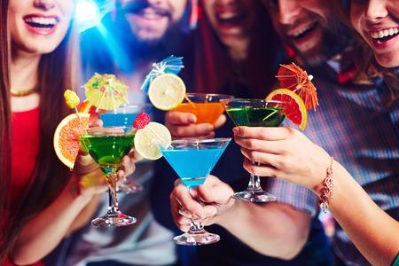 cocteles de frutas: Los j�venes bebiendo c�cteles en el club nocturno