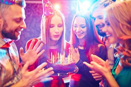Los jóvenes felicitando a una mujer con el cumpleaños Foto de archivo - 43958631