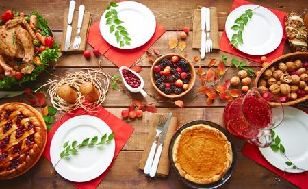 postres: Vista de �ngulo alto de la tabla servida para la cena de acci�n de gracias con la familia Foto de archivo
