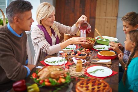 personas reunidas: Comedor de la familia juntos en Acci�n de Gracias