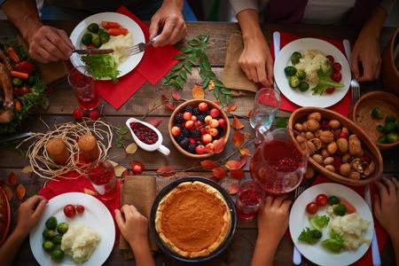 comiendo frutas: Vista de �ngulo alto de la mesa de fiesta y la gente de comer