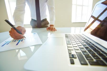 persona leyendo: Empresario escudriñando plan de negocios o informe