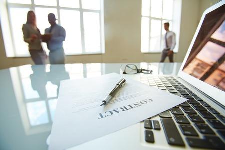 contratos: Empresario dejó un contrato para ser firmado