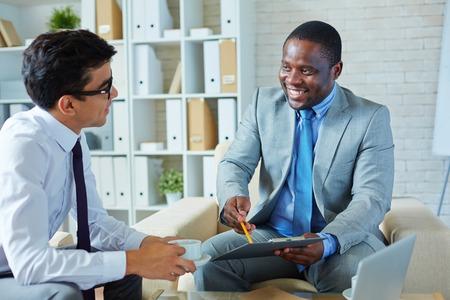 協力の条件を説明するビジネスマン