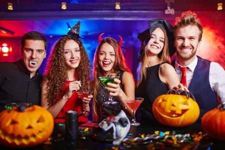 Přátelé pití během Halloween