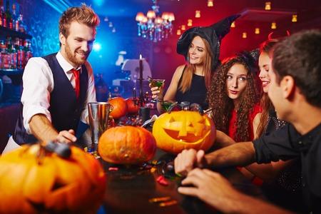citrouille halloween: Amis ayant programme Halloween au discoth�que Banque d'images