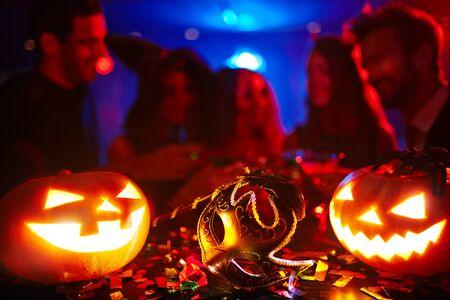 calabazas de halloween: Máscaras y calabazas en la noche de Halloween