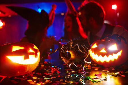 Gente que se divierte en la noche de Halloween Foto de archivo