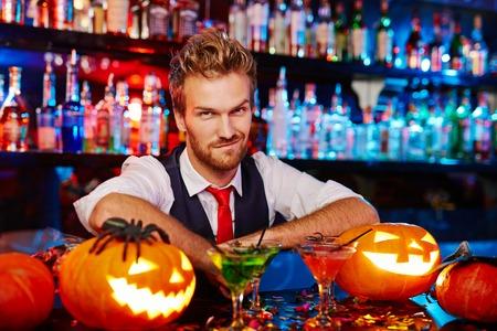 Retrato de joven barman en Halloween