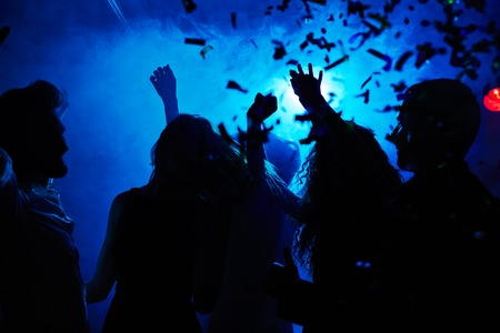 Silhouetten van mensen clubbing 's nachts Stockfoto
