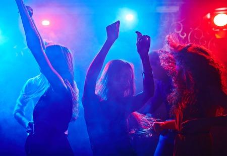 Vriendinnen dansen in discotheek in nachtclub