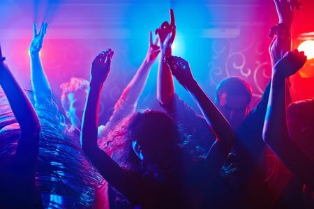 ragazze che ballano: Folla energica festa per tutta la notte Archivio Fotografico