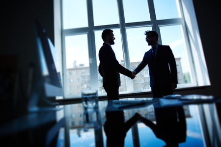 reuniones empresariales: Hombres de negocios confidentes apretón de manos después de las negociaciones Foto de archivo