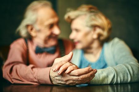 老夫婦の手のクローズ アップ