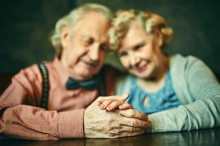 mujeres ancianas: Primer plano de las manos de las personas mayores cariñosos Foto de archivo
