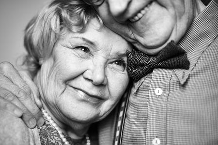 marido y mujer: Mujeres de edad avanzada y su amado esposo