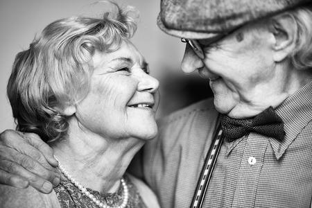 marido y mujer: Mujer mayor feliz y su marido mirando el uno al otro