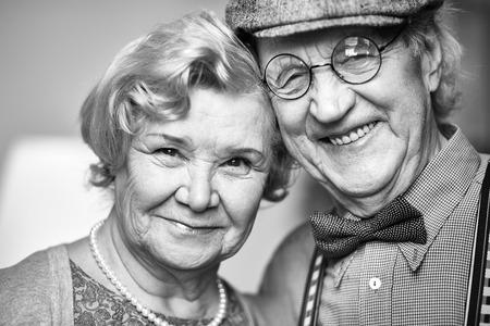 caras felices: Pareja de jubilados mirando a la cámara