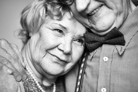ancianos felices: Ternura mujer mayor cerca de su marido Foto de archivo