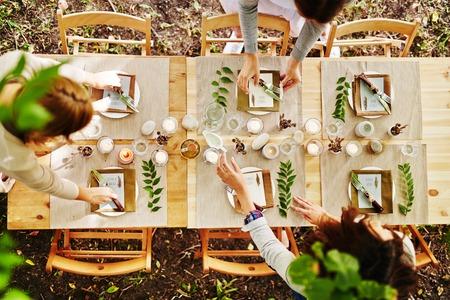 Thanksgiving tafel wordt geserveerd door serveersters