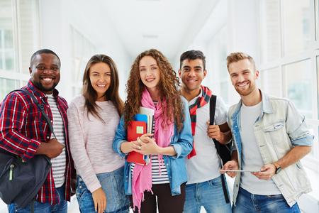 colegios: Estudiantes felices universitarios mirando la cámara con sonrisas Foto de archivo