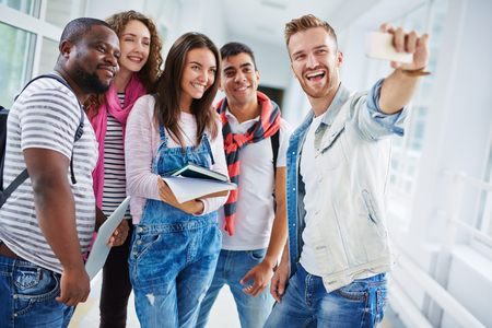 colegios: Los estudiantes universitarios que hacen su selfie después de las clases