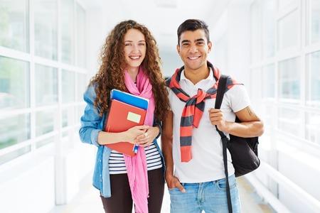 Dos estudiantes universitarios que miran la cámara con sonrisas Foto de archivo - 45288488