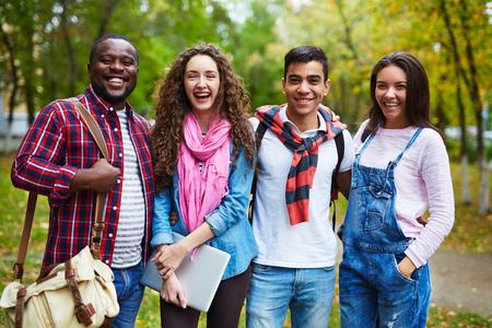 personas mirando: Estudiantes alegres en ropa casual riendo exterior