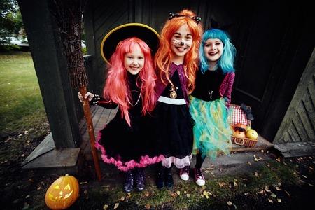 czarownica: czarownice Halloween patrząc na kamery przez nawiedzonego domu