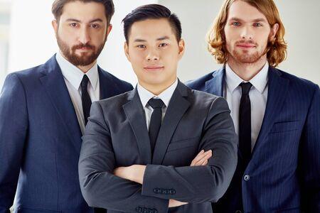 personas mirando: Grupo de j�venes empresarios elegantes mirando a la c�mara