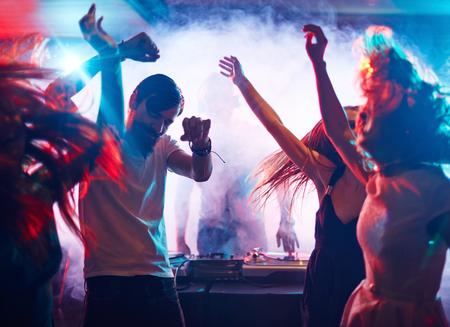 gente bailando: Pueblo enérgico jóvenes bailando por tornamesas de DJ