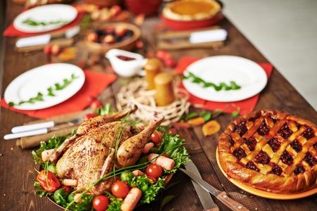 продукты питания: Домашнее пирог и жареный цыпленок на столе Благодарения служил Фото со стока