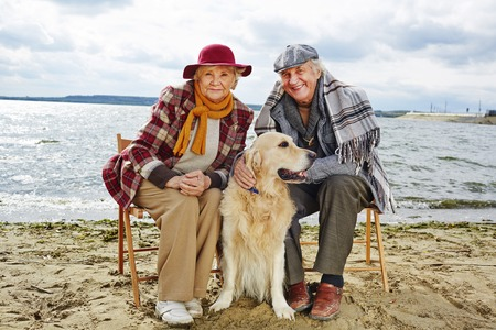 Dos pensionistas y su mascota el gasto fin de semana juntos por la playa Foto de archivo - 45115672