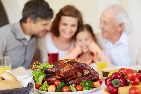 수 제 구운 된 터키에서 역임 된 추수 감사절 테이블