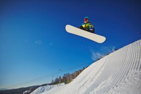 sportsman: Deportista practicando snowboard en la estación de invierno Foto de archivo