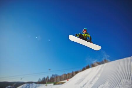 sportsman: Deportista en snowboard disfruta de vacaciones en la estación de invierno