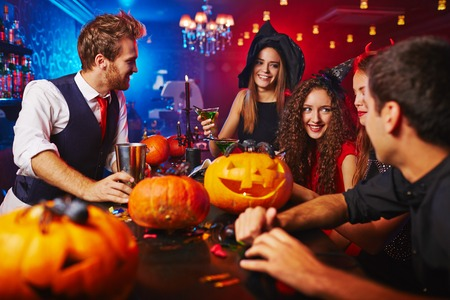 barra: Brujas felices que celebran Halloween en bar